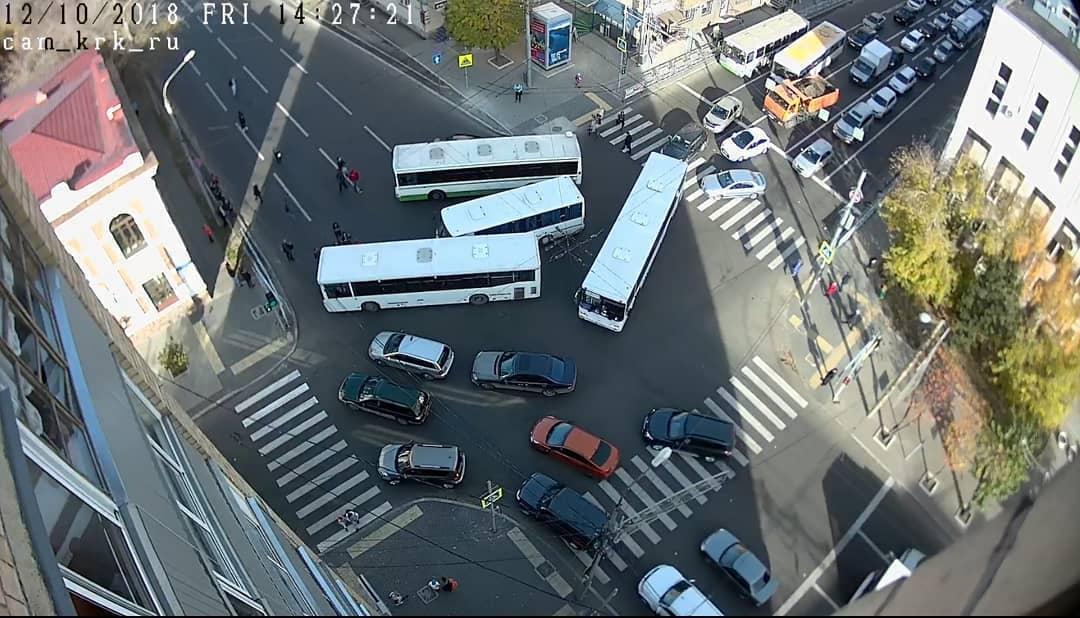 На перекрестке Ленина-Робеспьера три автобуса парализовали движение