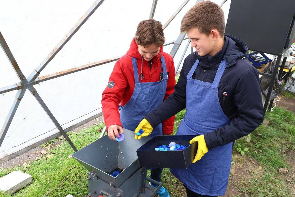 В школе Красноярска перерабатывают мусор по «мальдивской» технологии