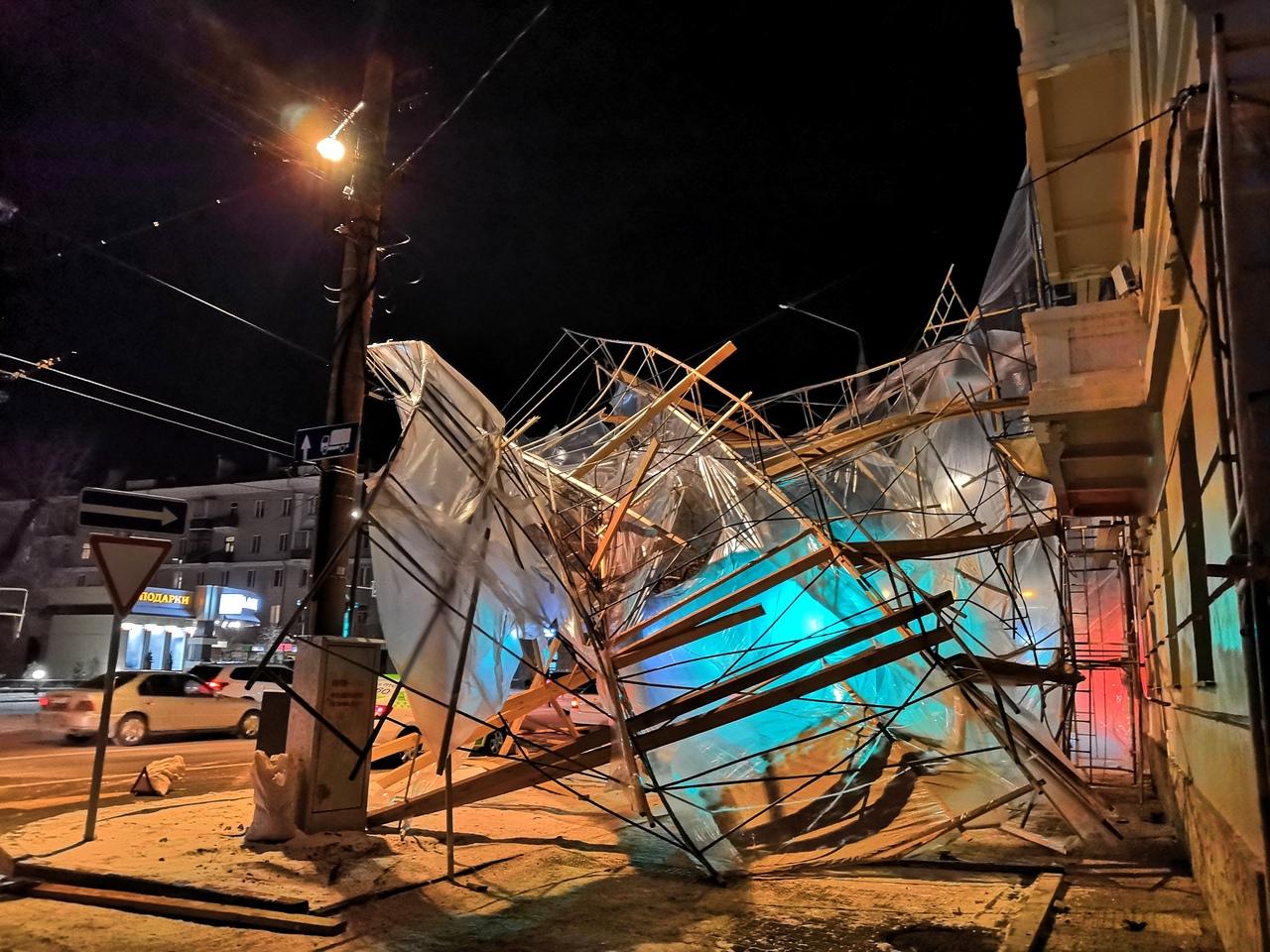 В Красноярске на проспекте Мира ветер повалил строительные леса