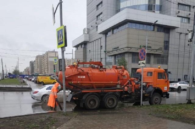 В Красноярске с улиц откачивают воду