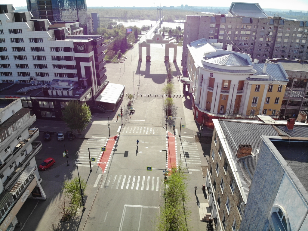В центре Красноярска появились красные дорожки