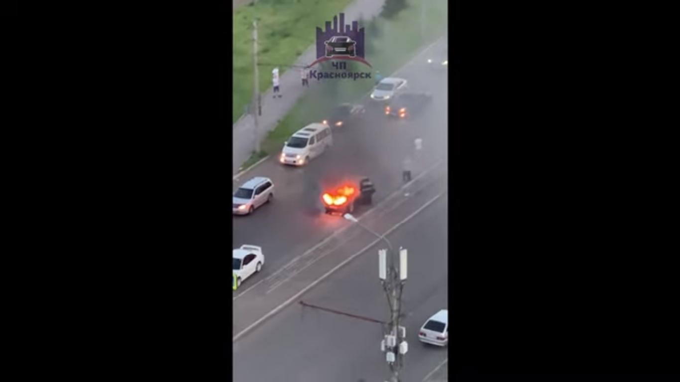 В Красноярске на ходу загорелась машина