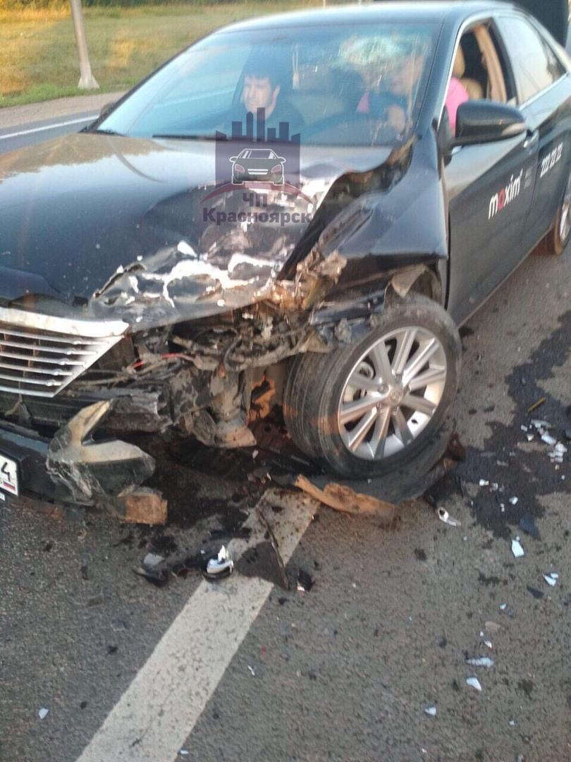 На краснояркой трассе такси влетело в стоящую на дороге машину