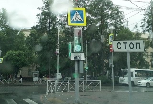 В Красноярске из-за дождя светофоры высвечивают «морзянку»