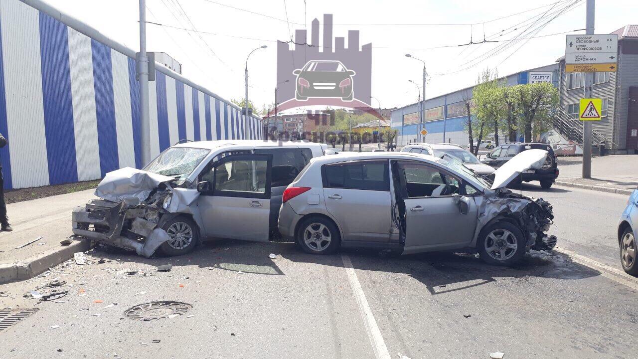 В Красноярске лоб в лоб столкнулись два автомобиля