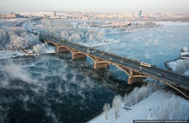 В Красноярске с перил Коммунального моста сняли неадекватную 50-летнюю женщину