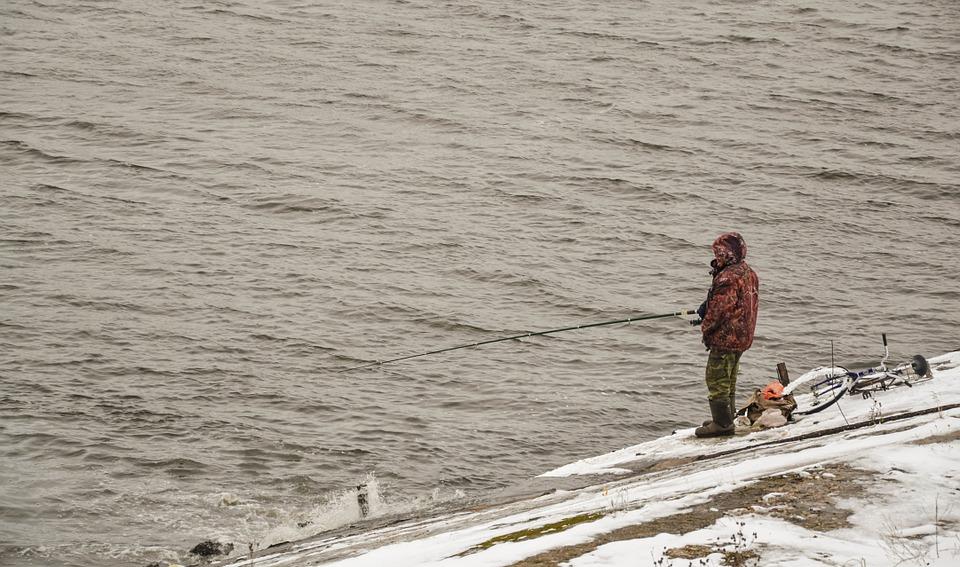 С залива Красноярского водохранилища эвакуировали рыбака в тяжёлом состоянии