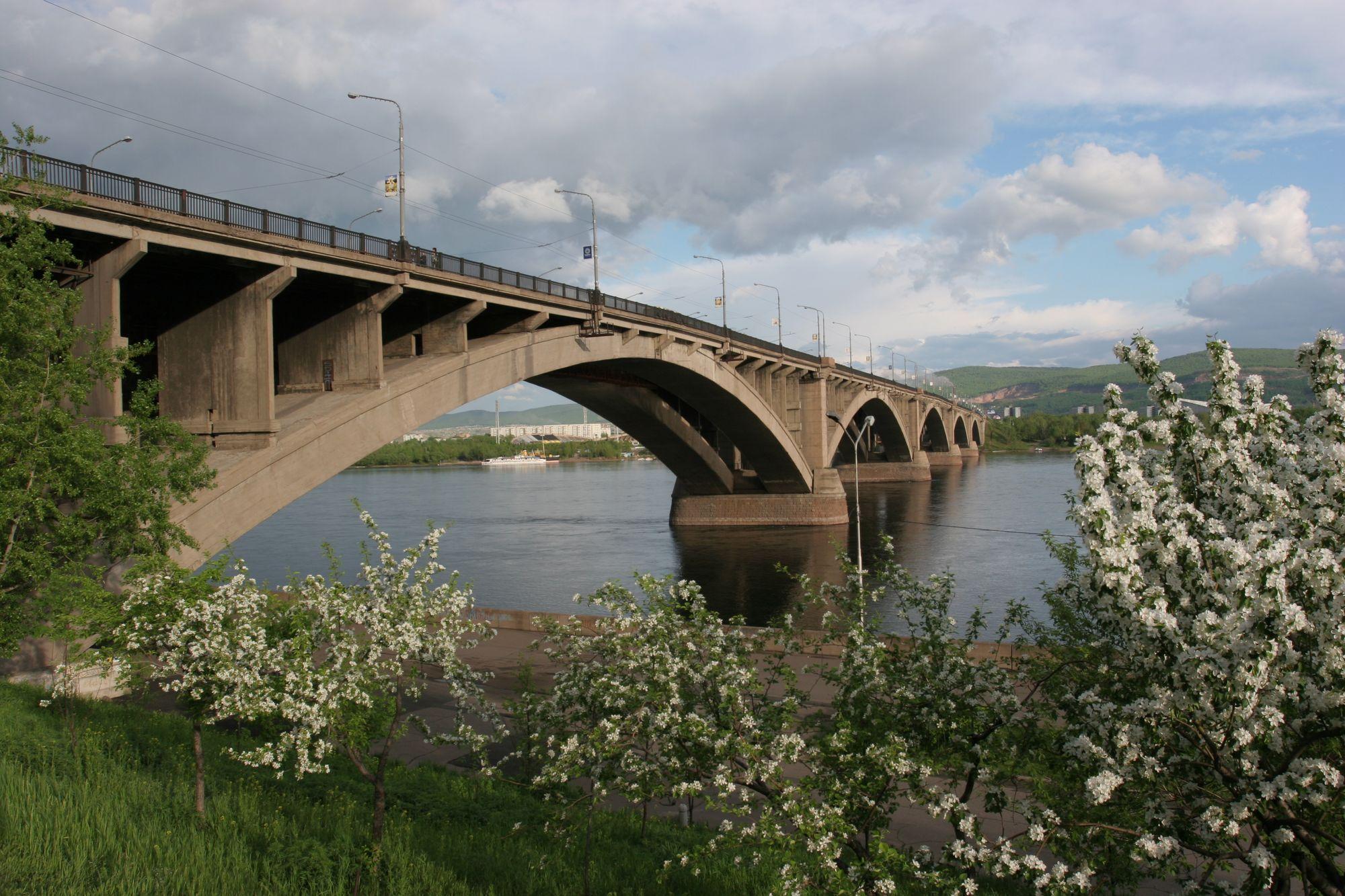 В Красноярске с Коммунального моста упал мужчина