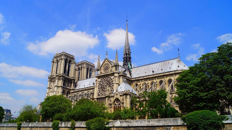 Красноярцы шокированы пожаром в соборе Парижской Богоматери
