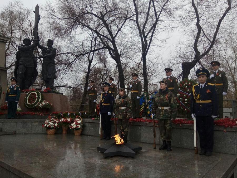 Мэр Красноярска поздравил горожан с Днём Победы и возложил цветы к Вечному Огню