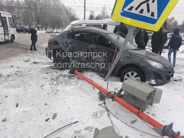 В Красноярске микроавтобус впечатал иномарку в светофор