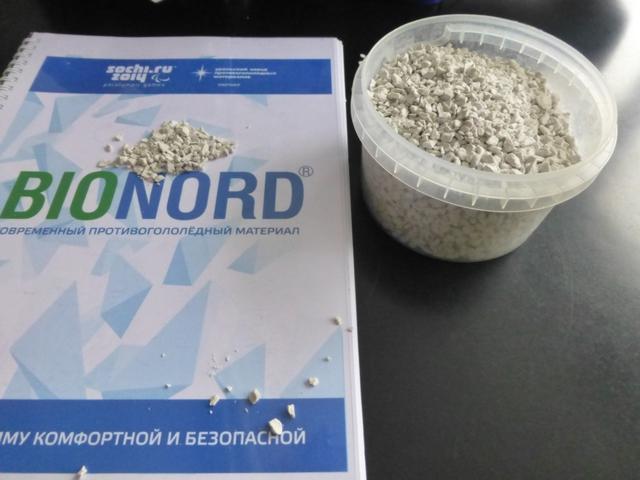 В Красноярске начали посыпать дороги новым экологичным реагентом