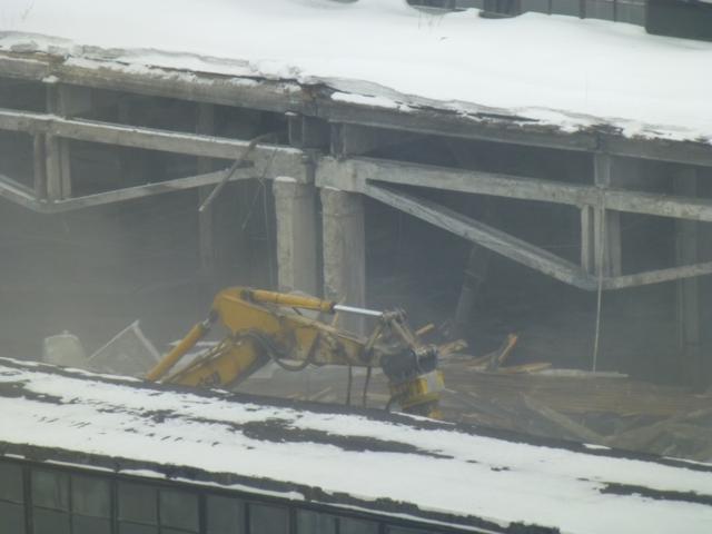 В Красноярске продолжается снос крыши цеха комбайнового завода