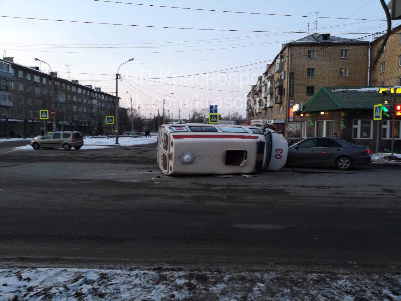 """В Красноярске """"скорая"""" столкнулась с иномаркой и перевернулась"""