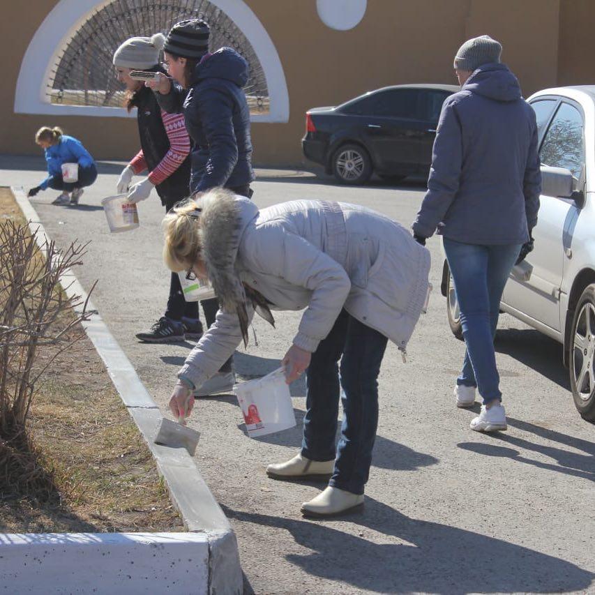 В Красноярске побелили бордюры