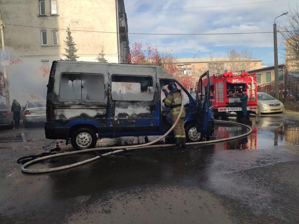В центре Красноярска сгорел микроавтобус