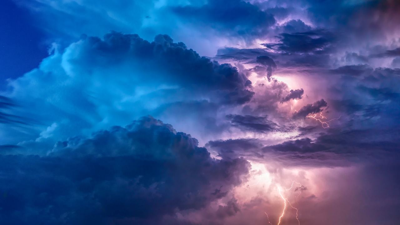 Красноярцев предупредили о грозе и усилении ветра