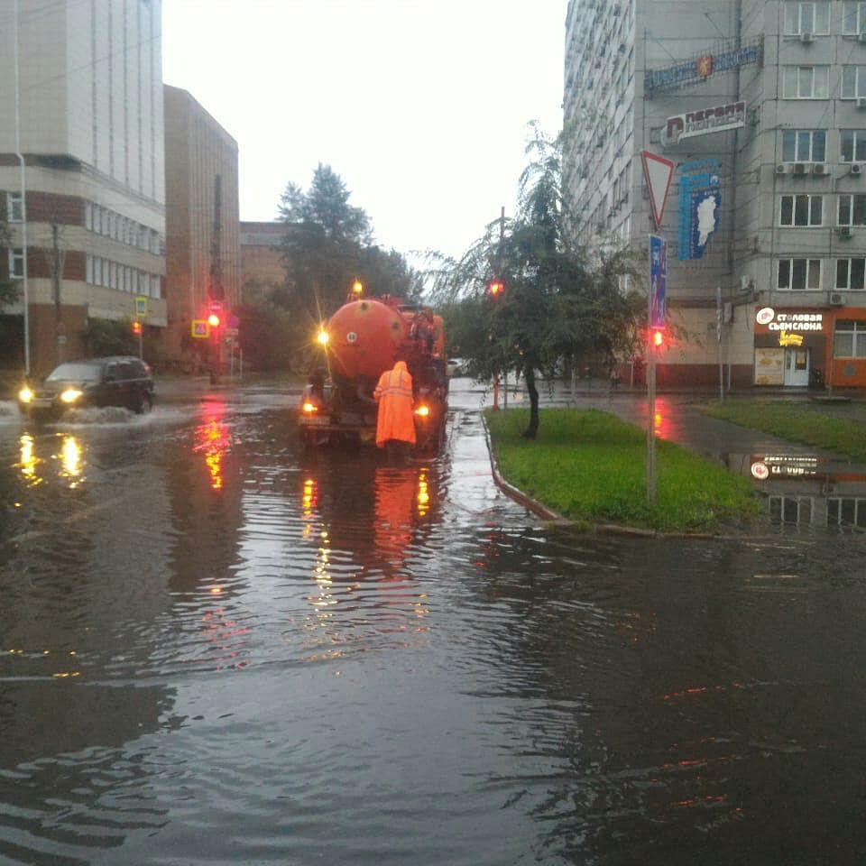 В Красноярске ночью откачивали воду с улиц