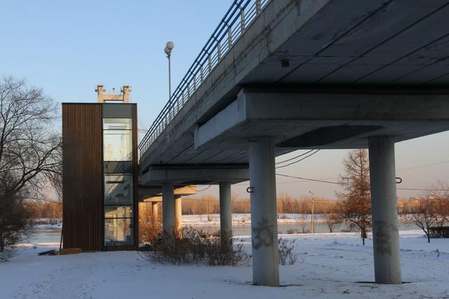 В Красноярске завершаются работы по монтажу лифта на Вантовом мосту