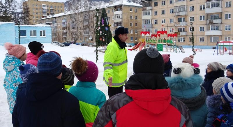 Красноярские полицейские научили детей правильно кататься с горок