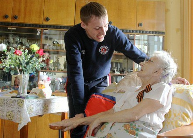 В Красноярске старейшей болельщице хоккейного «Енисея» исполнилось 103 года