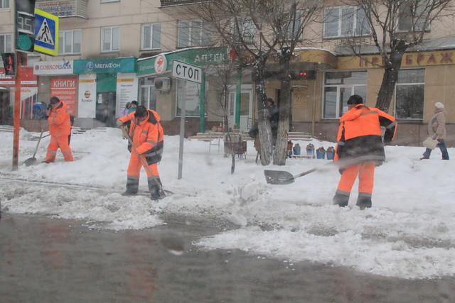 С 1 января снег с тротуаров Красноярска начнут убирать по-новому
