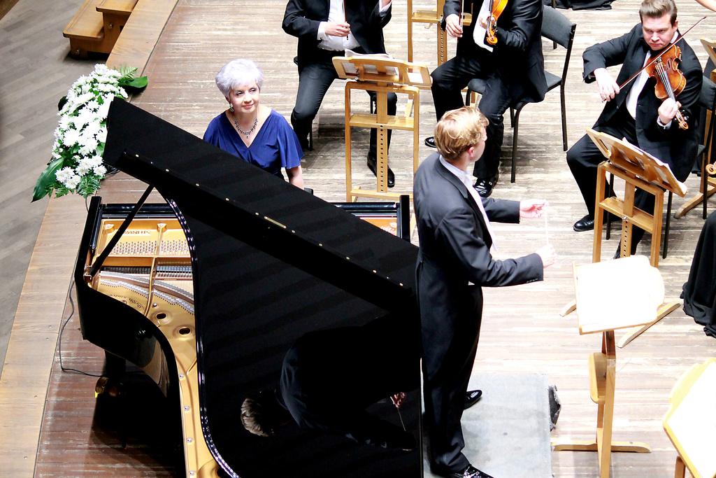 Солистка Красноярского камерного оркестра Лариса Маркосьян рассказала о том, как варить кашу, играя на пианино