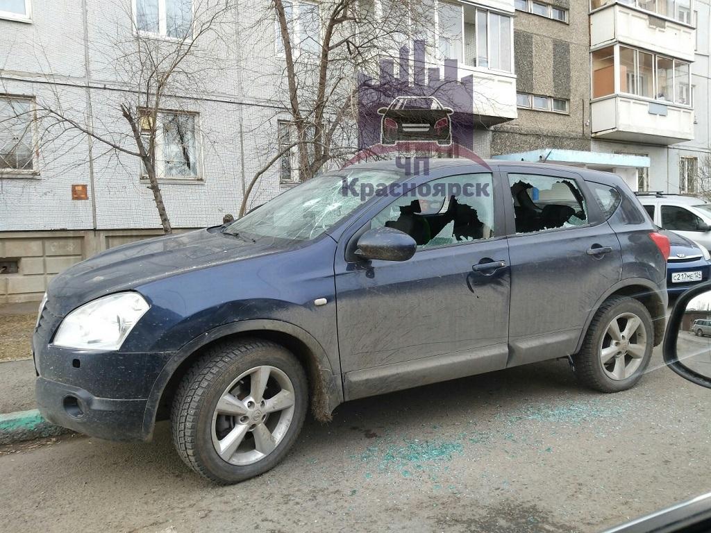 В Красноярске у дома на улице Киренского расстреляли автомобиль