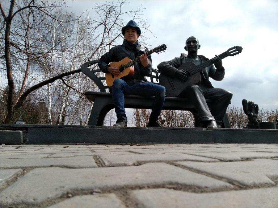 Японский музыкант-путешественник играет в центре Красноярска
