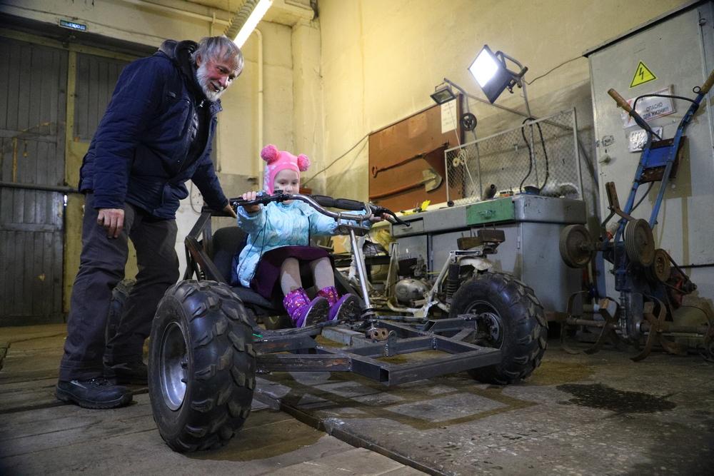 Красноярцы изобрели бесшумный трактор для нового сквера