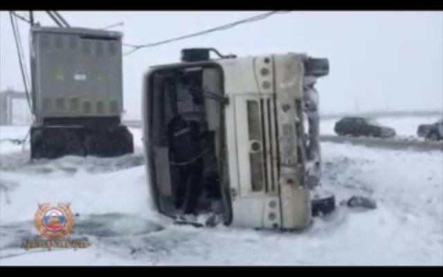 В Красноярском крае на трассе перевернулся пассажирский автобус
