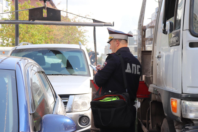 В центре Красноярска эвакуировали более десятка машин за два часа