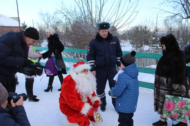 Дед Мороз из ГИБДД подарил жителям Красноярского края светоотражатели