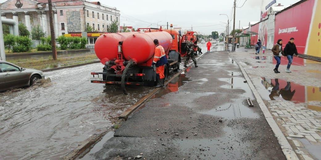 Дождевую воду с улиц Красноярска откачивает спецтехника