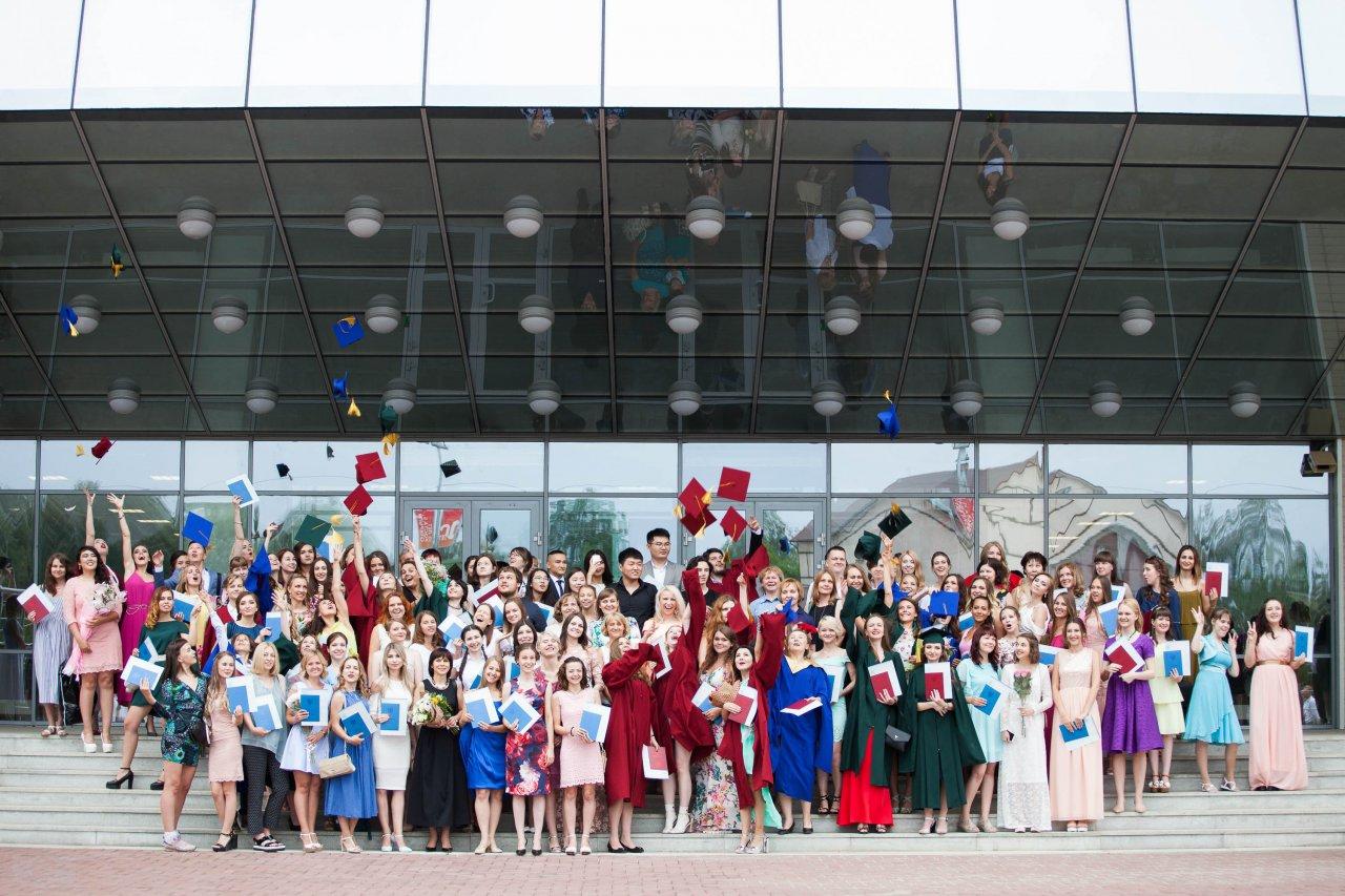 Взлетающие шапочки и памятные снимки: в Красноярске отпраздновали десятилетие ИФиЯК