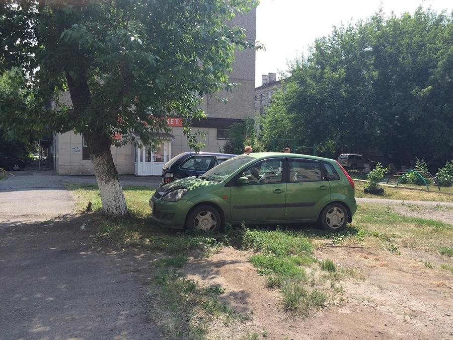 В Красноярске за парковку на газонах начнут штрафовать