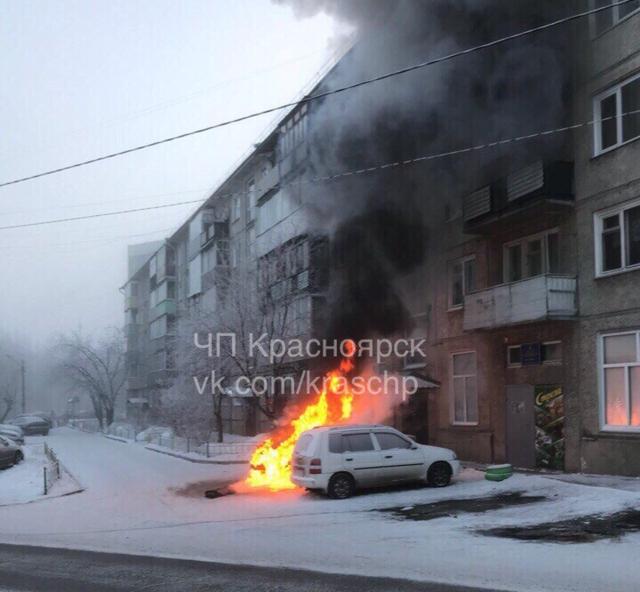 В Красноярске во дворе дома перед подъездом сгорел BMW