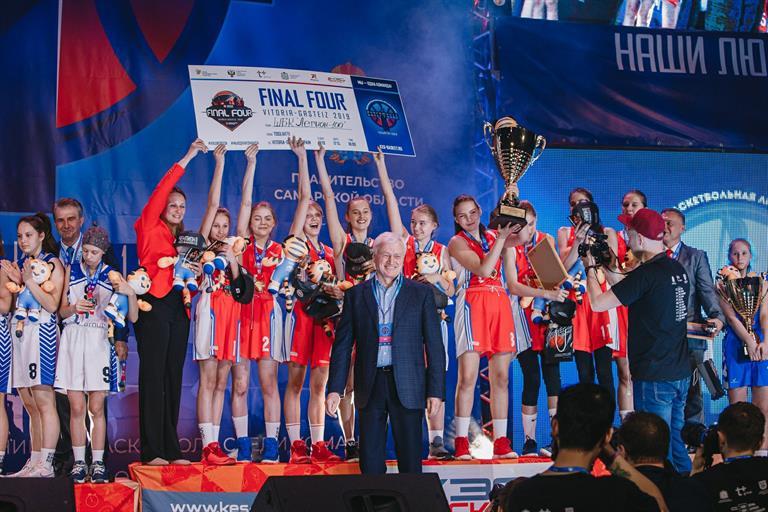 Мэр Красноярска поздравил школьниц с победой в баскетбольном суперфинале