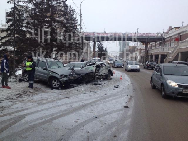 В центре Красноярска произошло серьёзное тройное ДТП