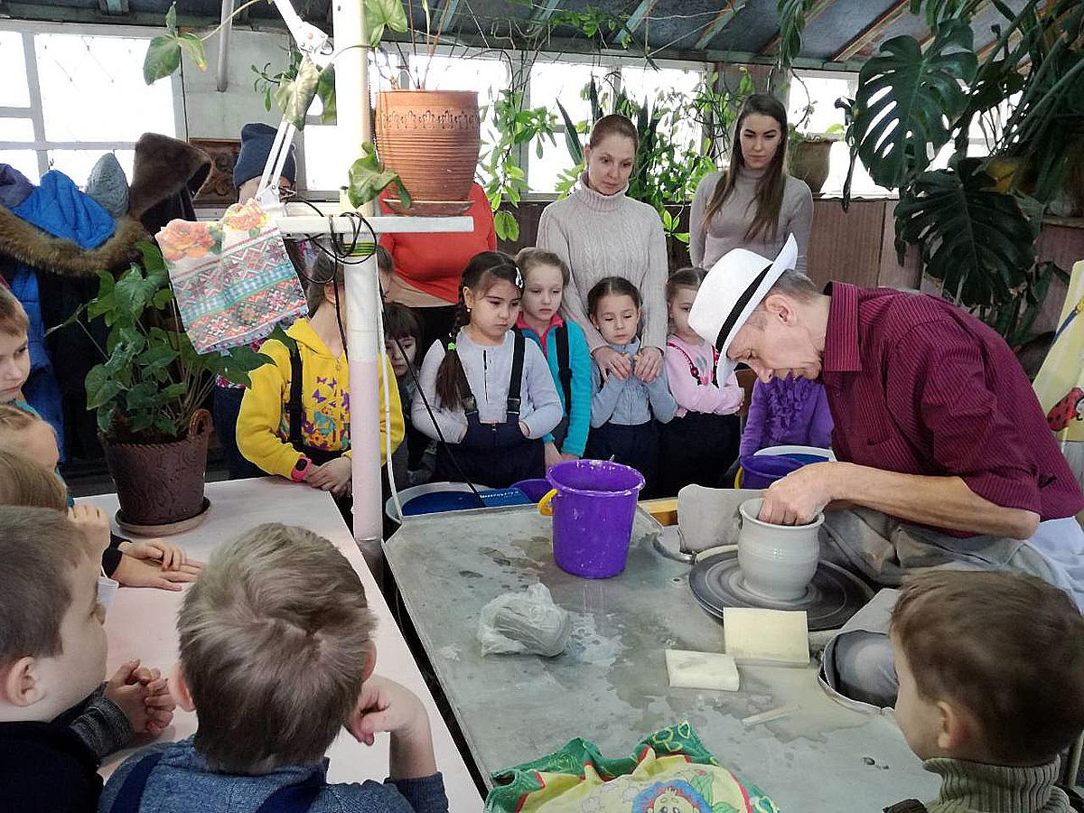 В красноярской школе дошколят учат лепить посуду