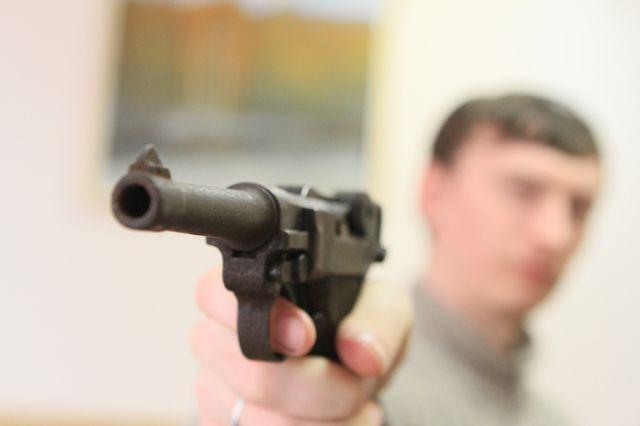 Трое молодых людей нападали на торговые точки в Красноярске с игрушечным пистолетом