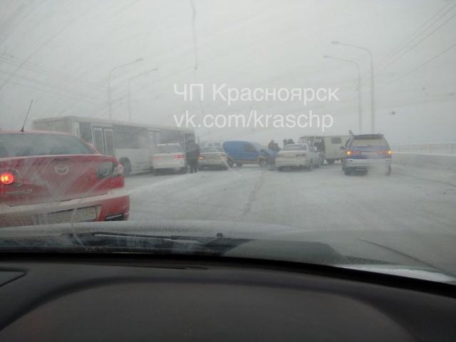 В Красноярске массовое ДТП остановило движение в сторону правого берега по Комуннальному мосту
