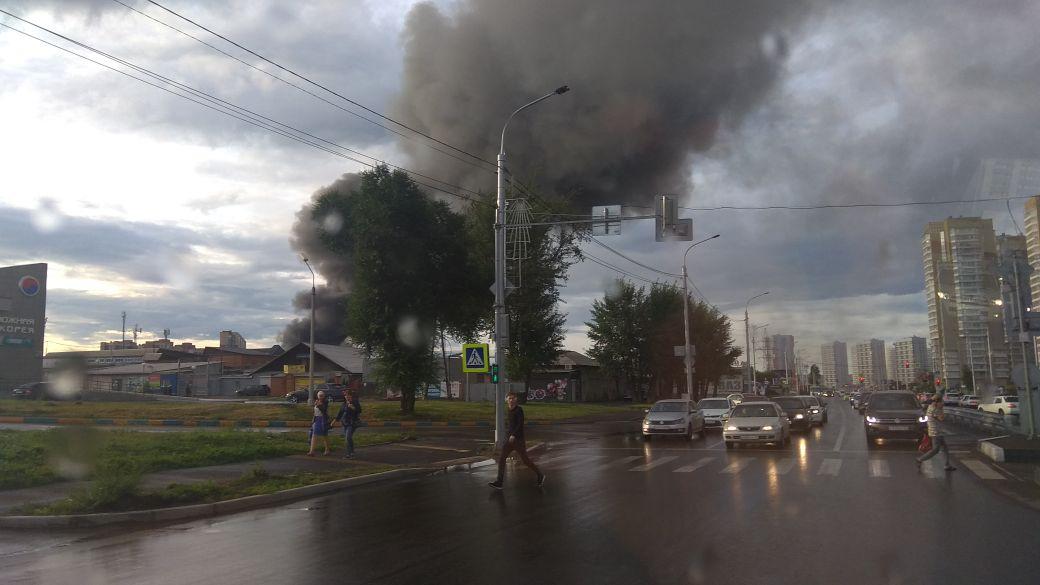 В Красноярске горит Енисейский рынок