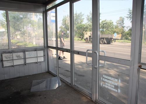 Ремонтировать разбитую остановку в Красноярске будут родители хулиганов