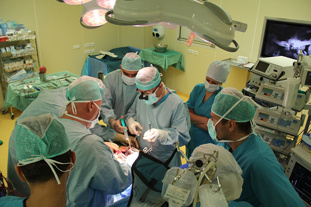 Красноярские врачи спасли заступившегося за женщин раненого ножом мальчика