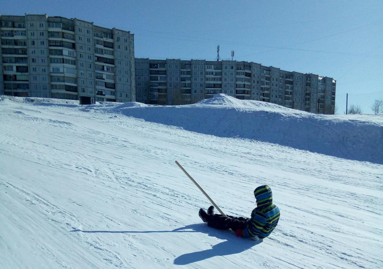 В Красноярске впервые проходят соревнования по скоростному спуску на лопате