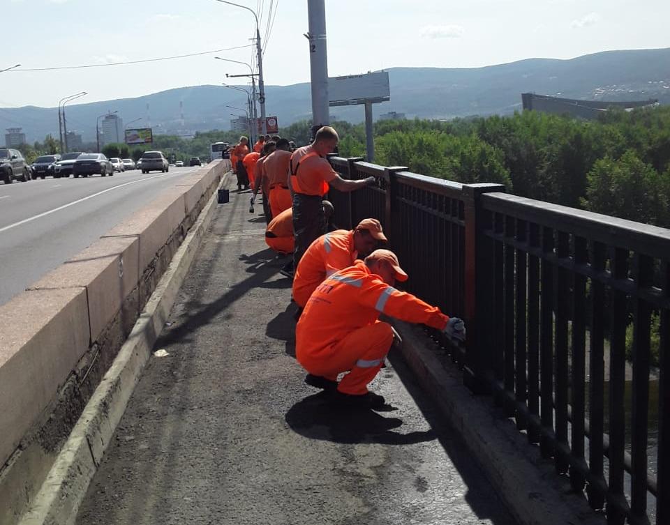 На Коммунальном мосту Красноярска красят перила