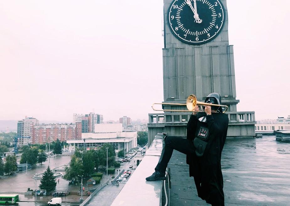Дарт Вейдер сыграл на трубе на крыше мэрии Красноярска