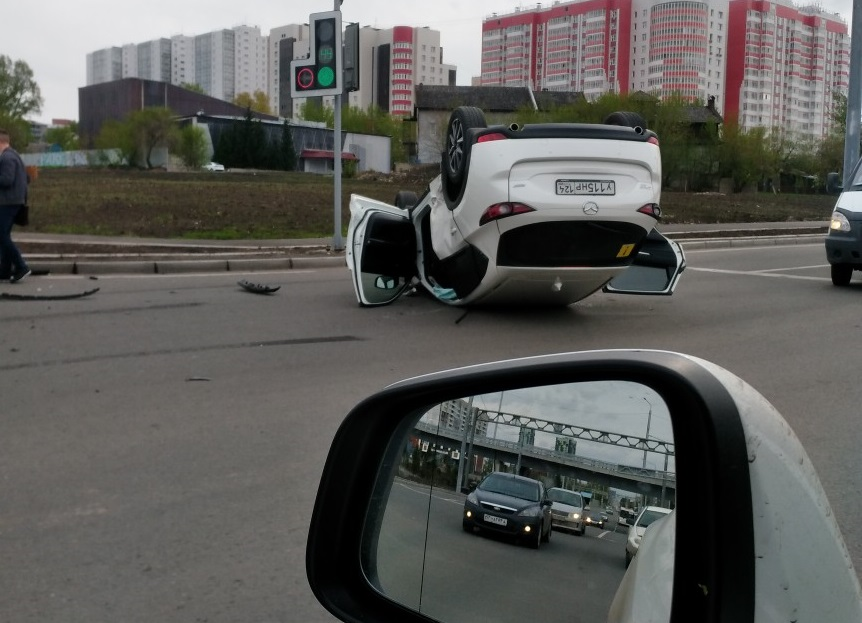 В Красноярске на улице Копылова после столкновения перевернулся автомобиль
