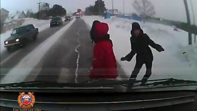 В Красноярском крае водитель сбил на переходе невнимательную девочку
